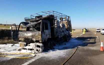 Almagro: Un camión que transportaba pintura en polvo es devorado por las llamas en la autovía CM-45