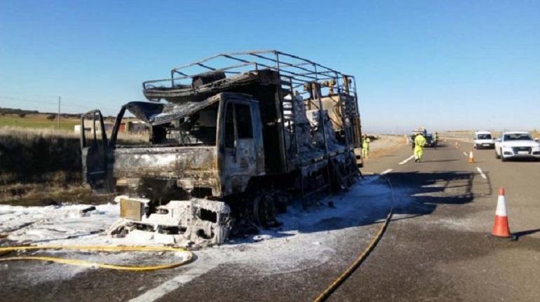 Almagro Un camión que transportaba pintura en polvo es devorado por las llamas en la autovía CM-45