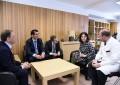 Pilar Zamora tras recibir el alta hospitalaria es visitada por el presidente de la Junta de Comunidades