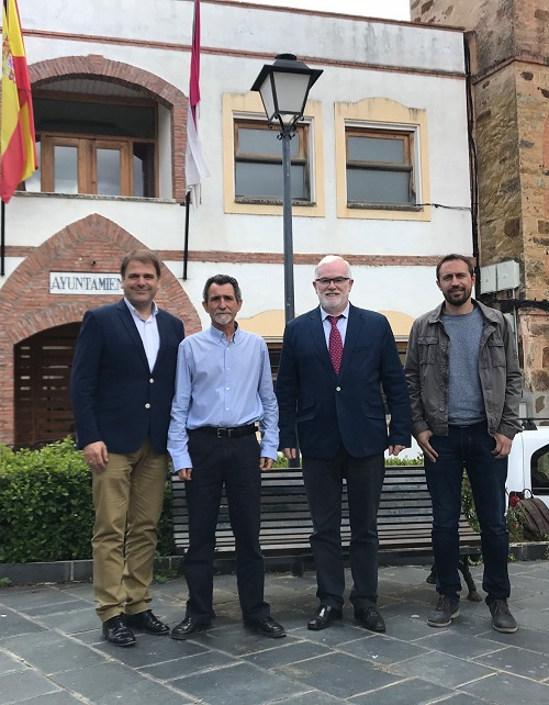 Alipio Garcia y Casto Sanchez con alcalde Anchuras