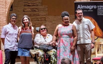 """Almagro: Manolita Espinosa recibe """"La berenjena de plata"""" en reconocimiento a su contribución al Festival Internacional de Teatro Clásico"""