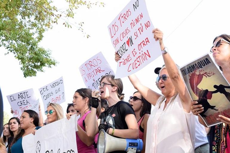 Antitaurinos y aficionados enfrentados a las puertas del coso de Ciudad Real