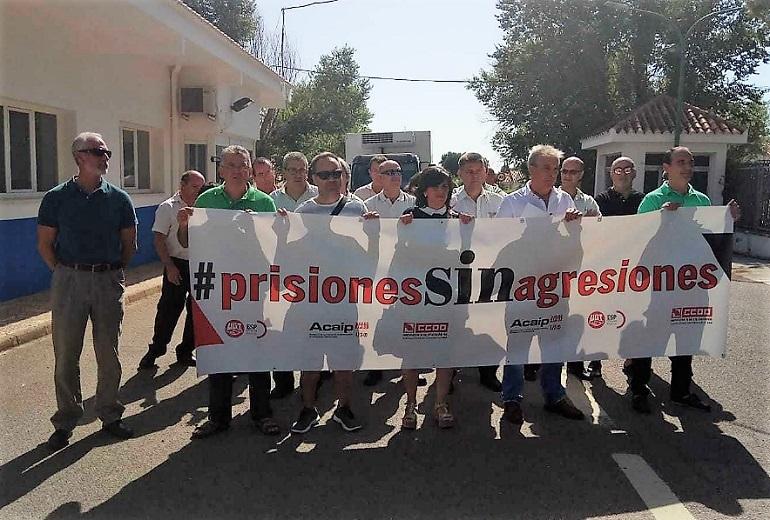 Los funcionarios de prisiones protestan a las puertas de los centros provinciales por las agresiones sufridas por los internos