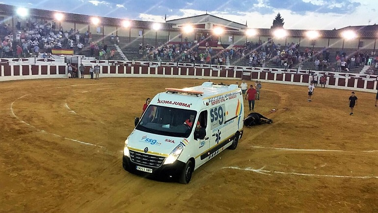 Podemos Valdepeñas denuncia la utilización de una ambulancia para el arrastre de un toro en un festejo taurino