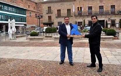 """Almagro: RSU recibe la """"Pajarita Azul"""" por la excelencia de su gestión de la recogida selectiva de papel y cartón"""