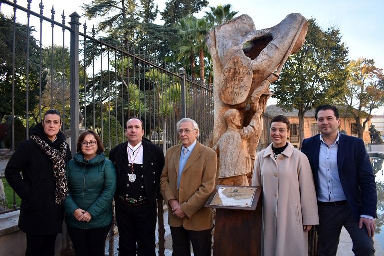Inaugurada la escultura del Quijote y Sancho en el olmo centenario de la puerta del Parque de Gasset