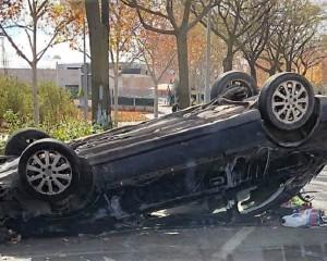 Ciudad Real: Aparatoso accidente en la Avda. del Ferrocarril al chocar contra un árbol y volcar sobre la calzada