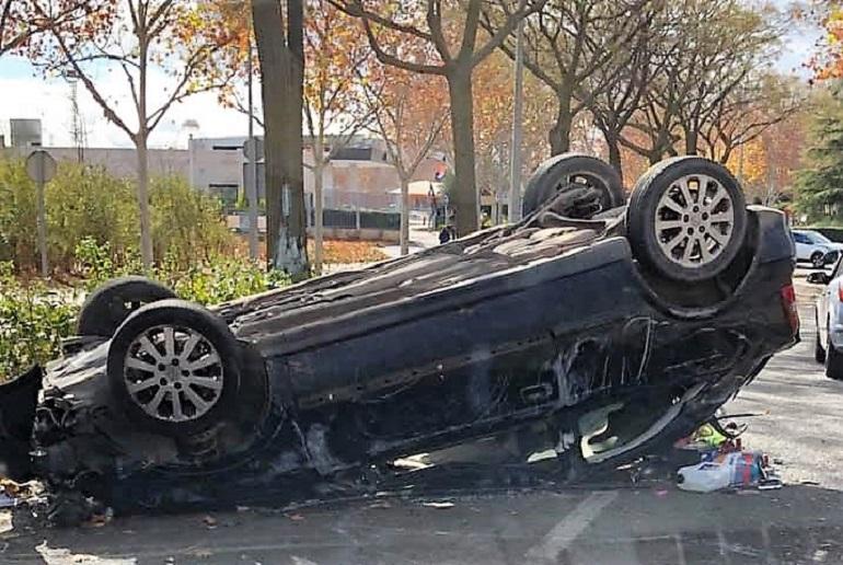Ciudad Real Aparatoso accidente en la Avda. del Ferrocarril al chocar contra un árbol y volcar sobre la calzada