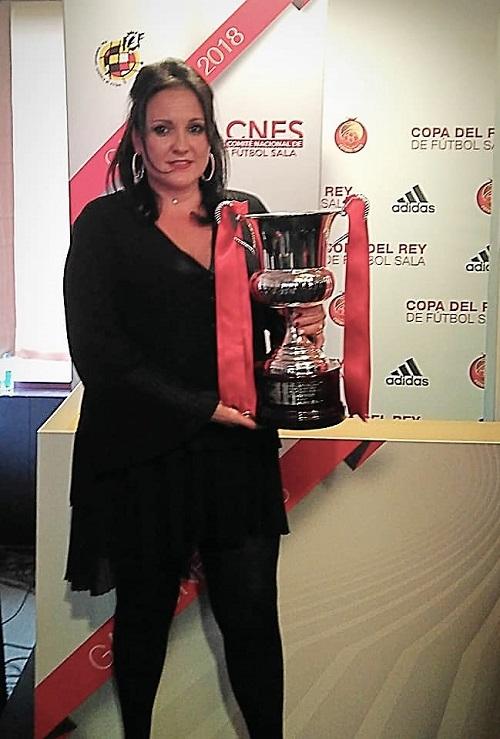 Conchi Ledesma, presidenta Almagro FSF con el trofeon de Campeón de Liga 2017-2018