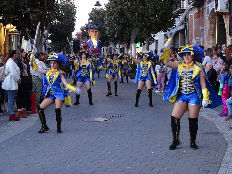Torralba de Calatrava Originalidad, colorido y fantasía centraron el desfile de Carrozas y Comparsas