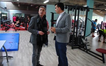 Valdepeñas: Jesús Martín visitó el nuevo gimnasio de Los Llanos
