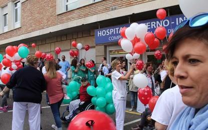 Niños ingresados, familiares y profesionales de hospitales de Castilla-La Mancha se han sumado a la campaña de lanzamiento de besos