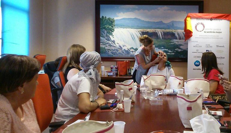 El Hospital de Manzanares organiza talleres de estética oncológica para paliar el impacto emocional de la quimioterapia en mujeres