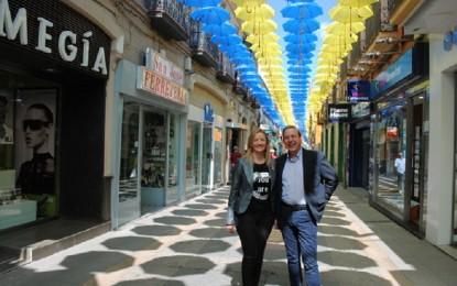 """Valdepeñas: Vuelven los coloridos paraguas """"reivindicativos"""" para sofocar el calor del verano"""
