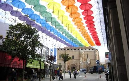 Valdepeñas reivindica los derechos del colectivo LGTBI con sus paraguas y banderas arco iris