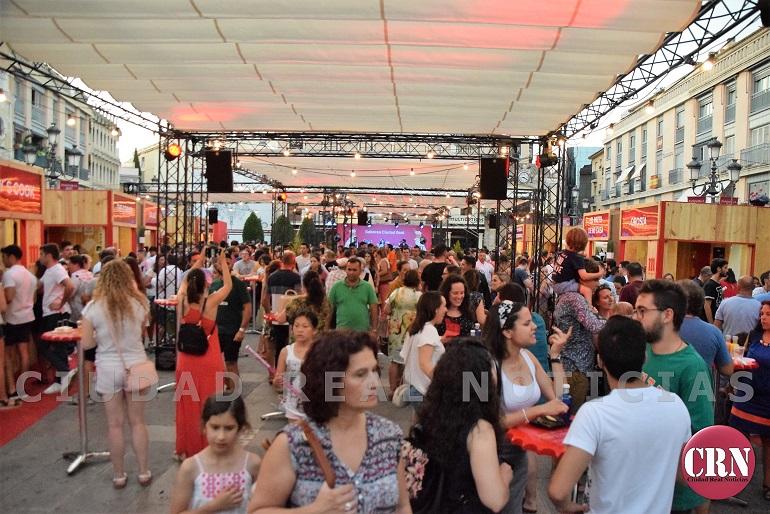 Ciudad Real Gran aceptación del público a la propuesta Saborea Ciudad Real, organizada por Cervezas Mahou en la Plaza Mayor