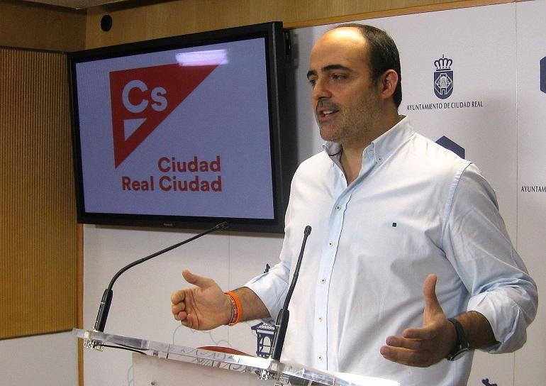 Ciudadanos Ciudad Real presenta una moción para pedir actuaciones urgentes en el parque del Pilar, especialmente en el mobiliario urbano, pavimentos, mantenimiento del arbolado y del lago