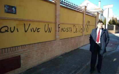 Miguelturra: Denuncian pintadas extremistas en la casa del coordinador de Vox Miguelturra