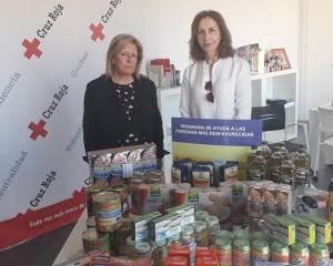 La subdelegada Mª Ángeles Herreros y la coordinadora provincial de Cruz Roja, Messía de la Cerda revisan la primera entrega anual de alimentos para el 2019