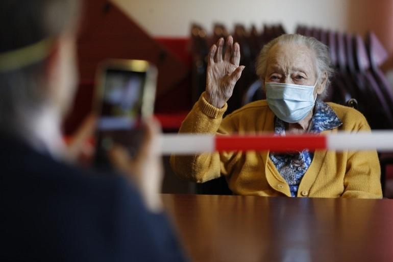 El Gobierno de Castilla-La Mancha volverá a permitir visitas en los centros sociosanitarios de mayores a partir del próximo lunes