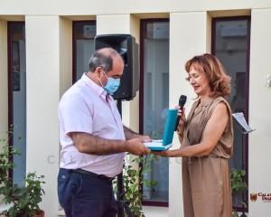 """La Vivienda de Mayores """"La Ballesta"""" hace entrega de una placa de agradecimiento al alcalde de Ballesteros de Calatrava por su trabajo frente al Covid-19"""