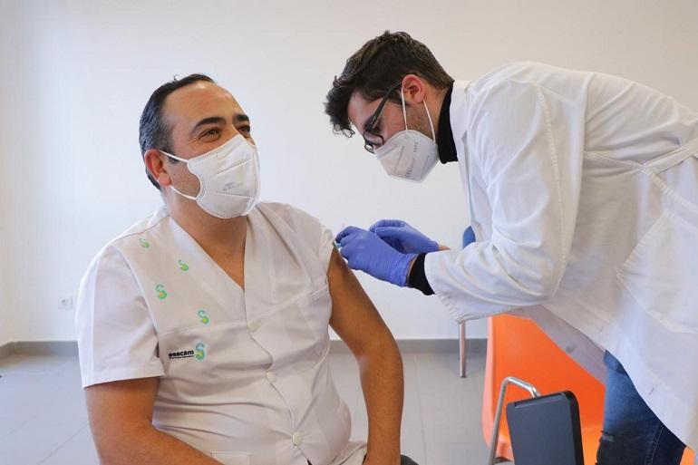 Castilla-La Mancha inició el viernes la vacunación del personal del sistema sanitario regional frente al SARS-Cov2