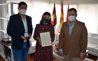 """El Dúo Belcorde entrega a la alcaldesa Pilar Zamora la composición """"Ciudad Real en el corazón: VI Centenario"""""""