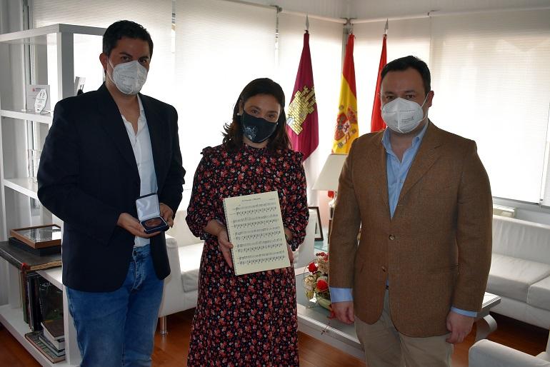 """El Dúo Belcorde entrega a la alcaldesa Pilar Zamora la composición """"Ciudad Real en el corazón VI Centenario"""""""